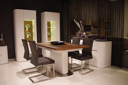 Delta stół biały z blatem w okleinie bukowej krzesła skórzane metalowe beżowe