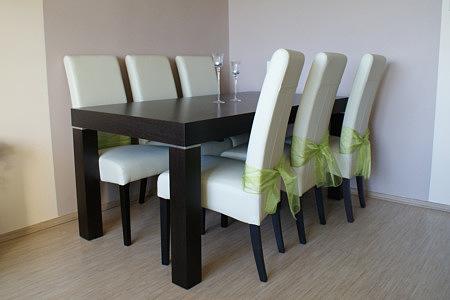 Kalifornia stół dębowy białe krzesła skórzane