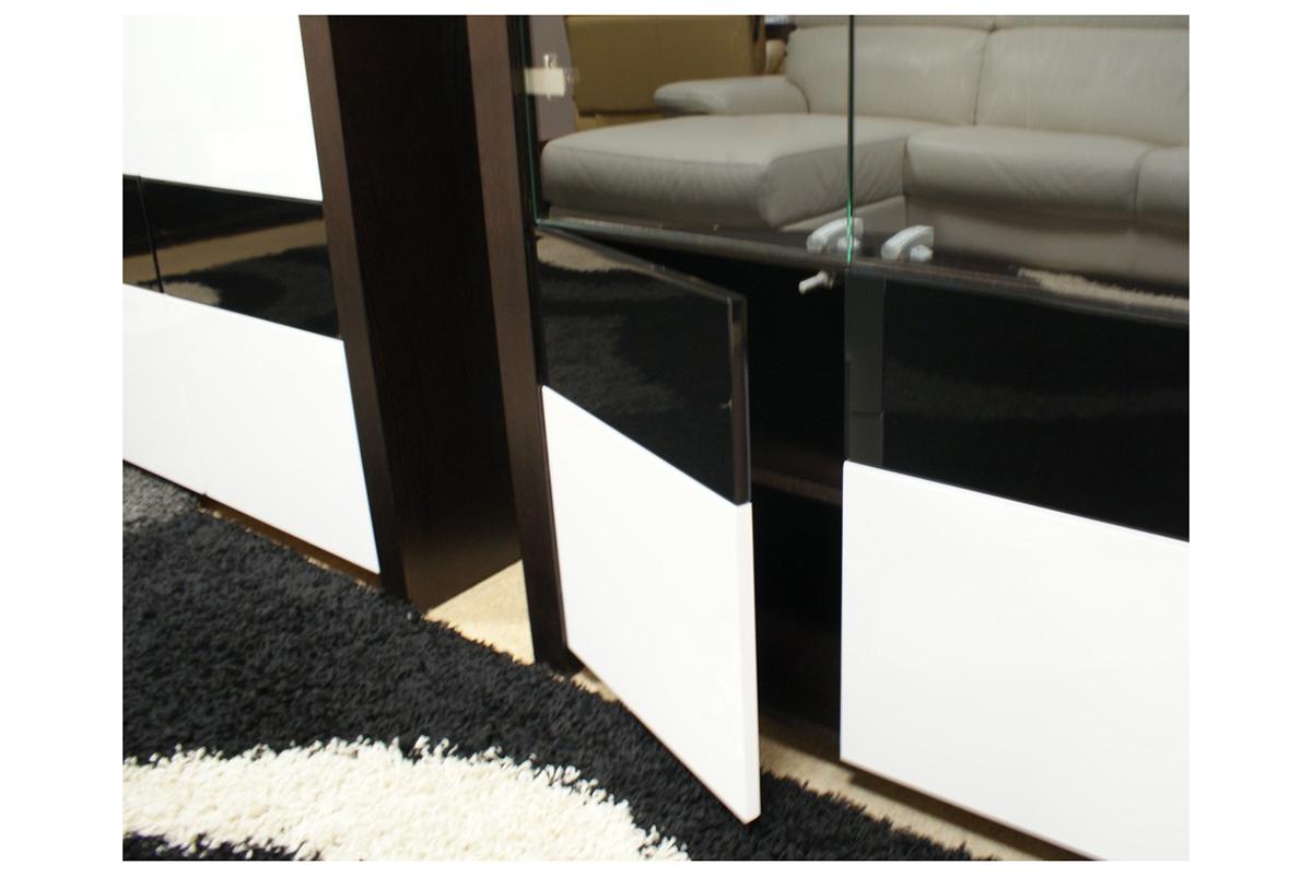 lizbona białe drzwiczki w witrynie dębowej