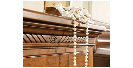 Noblesse zdobinie na stylowej komodzie orzech