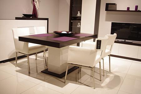 rodos stół na jednej nodze białe krzesła skórzane metalowe nogi