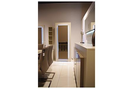 sevilla biała witryna z podświetlonymi drzwiczkami