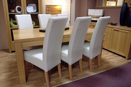 tosca białe krzesła skórzane przy stole dębowym