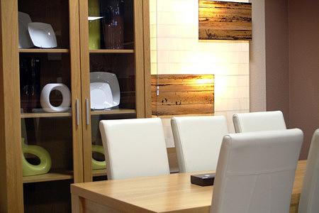 tosca białe krzesła ze skóry witryna dębowa stół dębowy