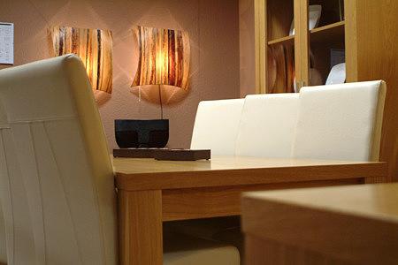 Tosca stół dębowy okleina białe krzesła skórzane