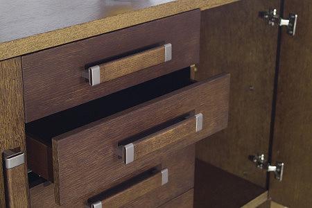 Tris szuflady w szafce dębowej