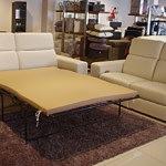 Elegancka biała dwuosobowa sofa skórzana z funkcją spania Belgijskiego, tzw. Belgijka ze skóry