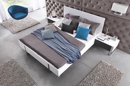 Artvision aranżacja sypialni białe meble szara ściana i dodatki dekoracyjne