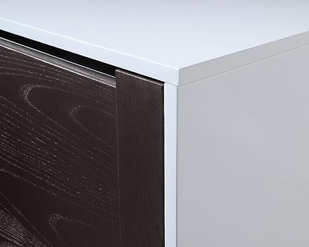 artvision detal wykończenia białej szafki z brązowymi frontami