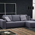 Flavio - aranżacja inspiracja, narożnik z poduszkami na oparciu, niebieski, szaroniebieski narożnik do salonu, poduszki w drobną kratkę, czarna lampa nowoczesna