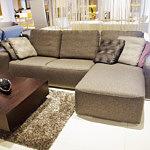 Flavio - elegancki brązowy narożnik z poduszkami zamiast klasycznego oparcia, aranżacja, inspiracja salonu lub pokoju dziennego z narożnikiem tapicerowanym tkaniną