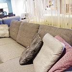 Flavio - narożnik do salonu z dużymi poduszkami na oparciu, dodatki dekoracyjne w postaci mniejszych eleganckich poduszek w kolorach beżowym, brązowym i różowym