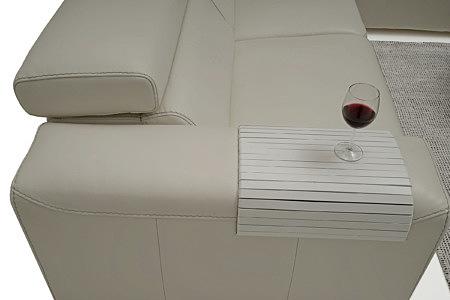 Grace - bok białej sofy skórzanej sofy z podkładką pod kieliczek z winem
