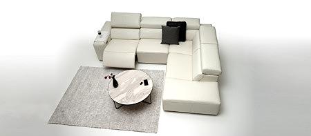 Grace elegancka sofa w duecie z białym stolikiem wygląda bardzo elegancko