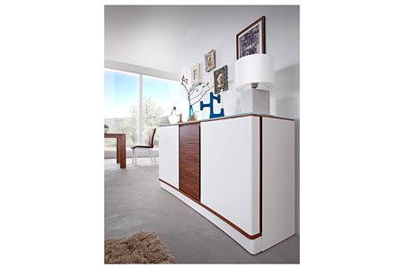 Ovo aranżacja wnętrza salonu z jasnymi białymi nowoczesnymi meblami