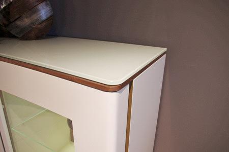 Ovo biała szafka z detalami w kolorze brązowym