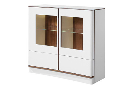 Ovo biała szafka z przeszklonymi drzwiczkami i brązowymi wstawkami