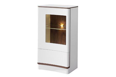 Ovo biała szafka z przeszklonymi drzwiczkami i oświetleniem