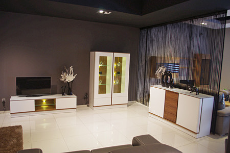 Ovo nowoczesny salon urządzaony w jasnych kolorach białe meble