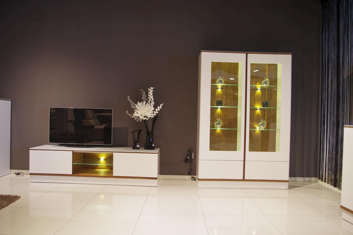ovo nowoczesny wystrój wnętrza salonu z białymi meblami
