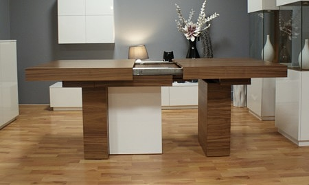 Stół na trzech nogach czterech nogach