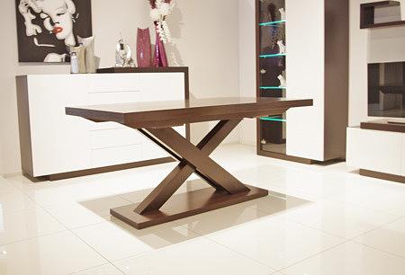 stół z podstawą w kształcie litery x