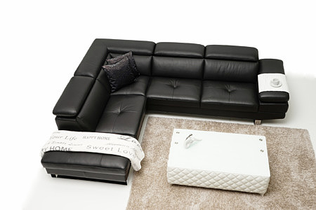 Volare - pomysł na aranżację salonu z czarnym wypoczynkiem i białą ławą - Producent TC meble z Wrocławia