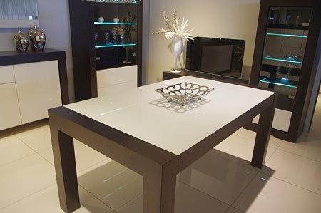 Stół rozkłądany ze szkłem