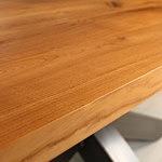 Bazalt szczegóły słoje na blacie drewnianym stołu