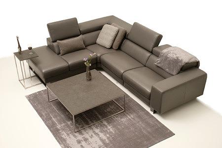 Bugamo2 ładna aranżacja salonu z dużą brązową sofą i stolikiem ze spieku kwarcowego