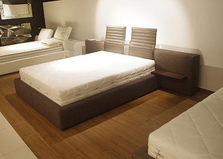 łóżko brązowe