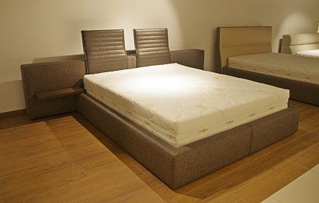 łóżko z polkami