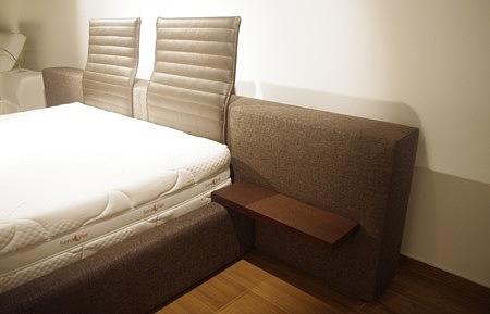 łóżko z półkami