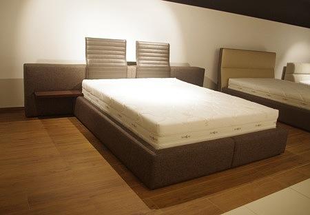 Nowoczesne łóżko z polkami