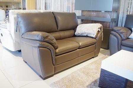 brazowa sofa