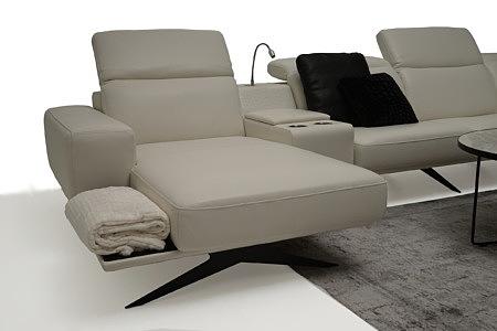 Giotto biała nowoczesna sofa skórzana z barkiem i lampką do czytania