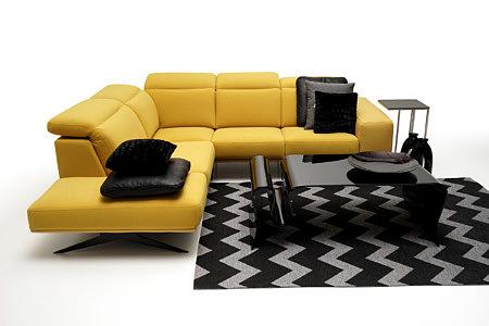 Giotto pomysł na urządzenie salonu z żółtą sofą czarnym dywanem i ławą szklaną