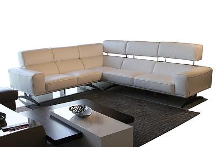 Grande - kanapa narożnik skórzany biały, czarne metalowe nogi, ciemny dywan, ława venge z elementem białym