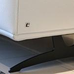 Grande - detal wykonania narożnika na czarnych wysokich nóżkach metalowych