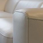 Grande - detal wykonania boku sofy narożnika z przeszyciem grubą nicią w kolorze białym