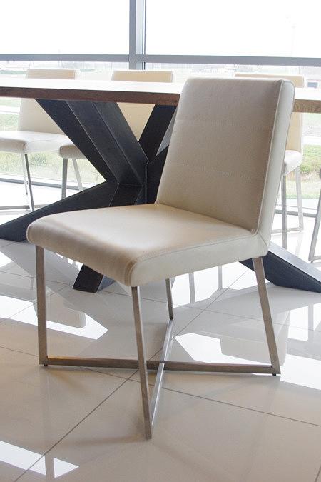 białe skórzane krzesło nowoczesne z metalowymi nogami kwadrat