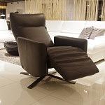 fotel z podnóżkiem rozkładanym do każdego narożnika sofy