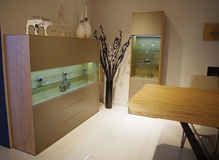 New York - meble do salonu nowoczesne z przeszkleniem, oświetleniem szafek, dębowe w kolorze drewna dębu naturalnego szczotkowanego z frontami lakierowanymi na matowo na różne kolory