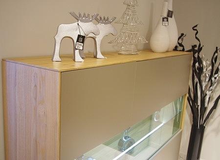 New York - beżowa komoda lakierowana w macie, przeszklenie, oświetlenie, korpus z dębu naturalnego szczotkowanego fornirowany