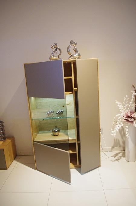 New York - komoda lakierowana, beżowa, fronty matowe, przeszklenie, oświetlenie, korpus dąb naturalny, półki ze szkła hartowanego