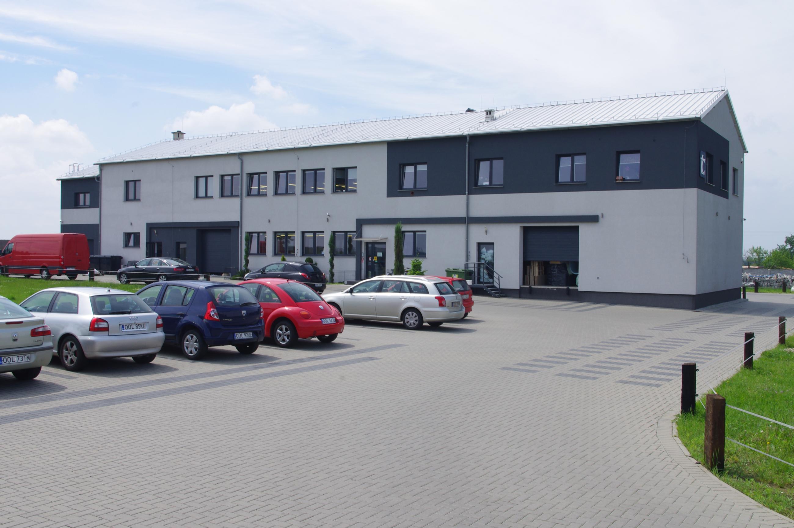 Budynek zakładu produkcyjnego mebli TC widok od strony parkingu