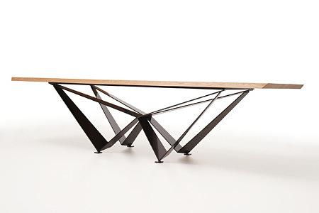A1 stół na potężnych metalowych nogach z blachy