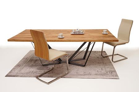 A3 kompozycja beżowe krzesła i dębowy stół z metalowymi nogami