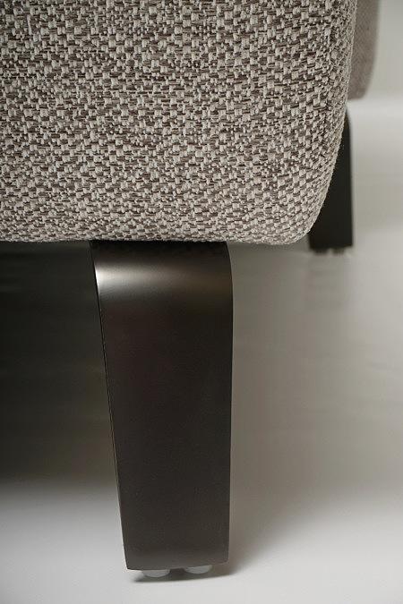 Aviva2 detal wykonania metalowe nóżki sofy ciemna stal