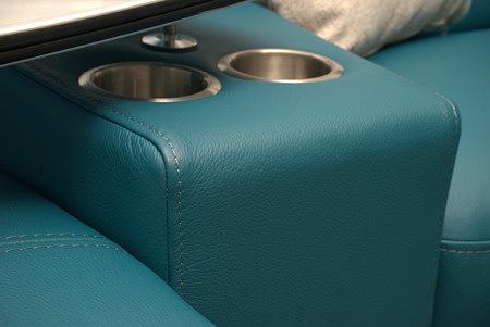 Aviva2 detale uchwyty na kubki w sofie w kolorze morskim